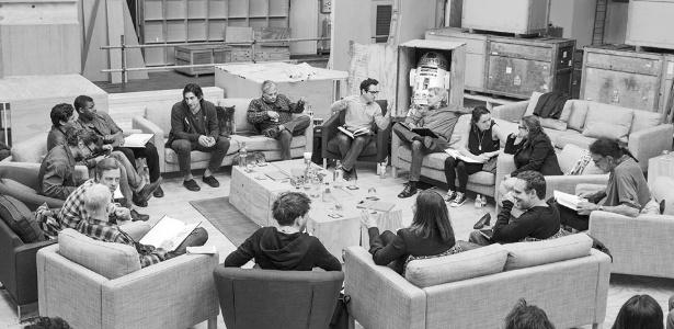 jj-abrams-centro-superior-direito-no-anuncio-do-elenco-de-star-wars-episodio-vii-nos-estudios-pinewood